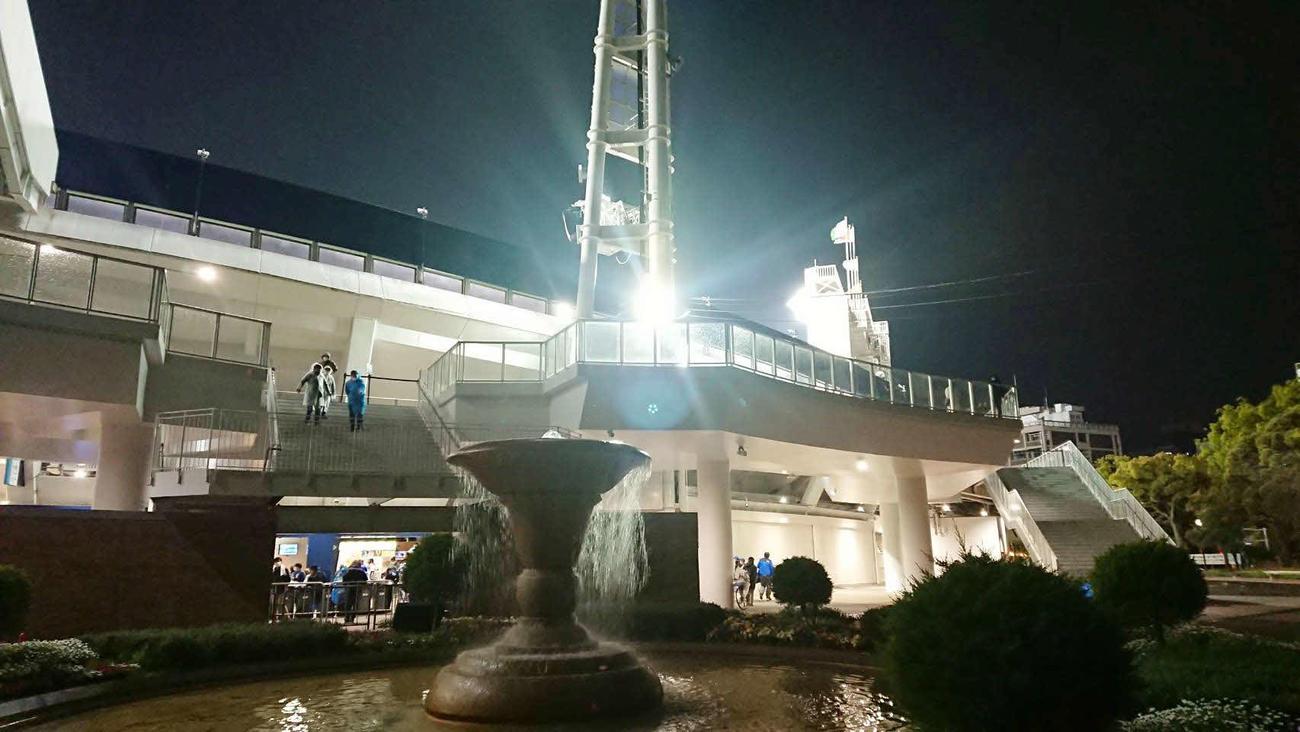 DeNA対阪神 6回表阪神無死、佐藤輝の放った右中間場外本塁打の落下地点(代表撮影)