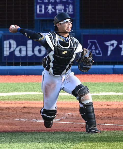 DeNA対阪神 7回裏DeNA無死一、二塁、梅野は神里の捕手前へのバントゴロを処理して三塁へ送球(撮影・山崎安昭)