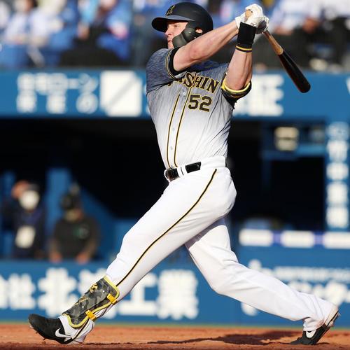 DeNA対阪神 9回表阪神1死一塁、サンズは左越え2点本塁打を放つ(撮影・加藤哉)