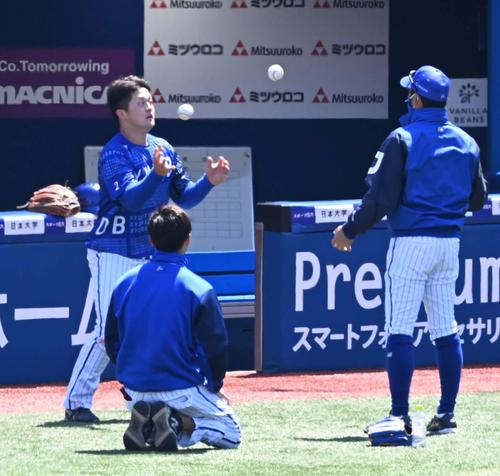 DeNA対阪神 試合前の練習で放られた2個のボールをキャッチするDeNA牧(左)(撮影・山崎安昭)