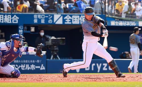 DeNA対阪神 4回表阪神1死三塁、先制中前適時打を放つ大山(撮影・野上伸悟)