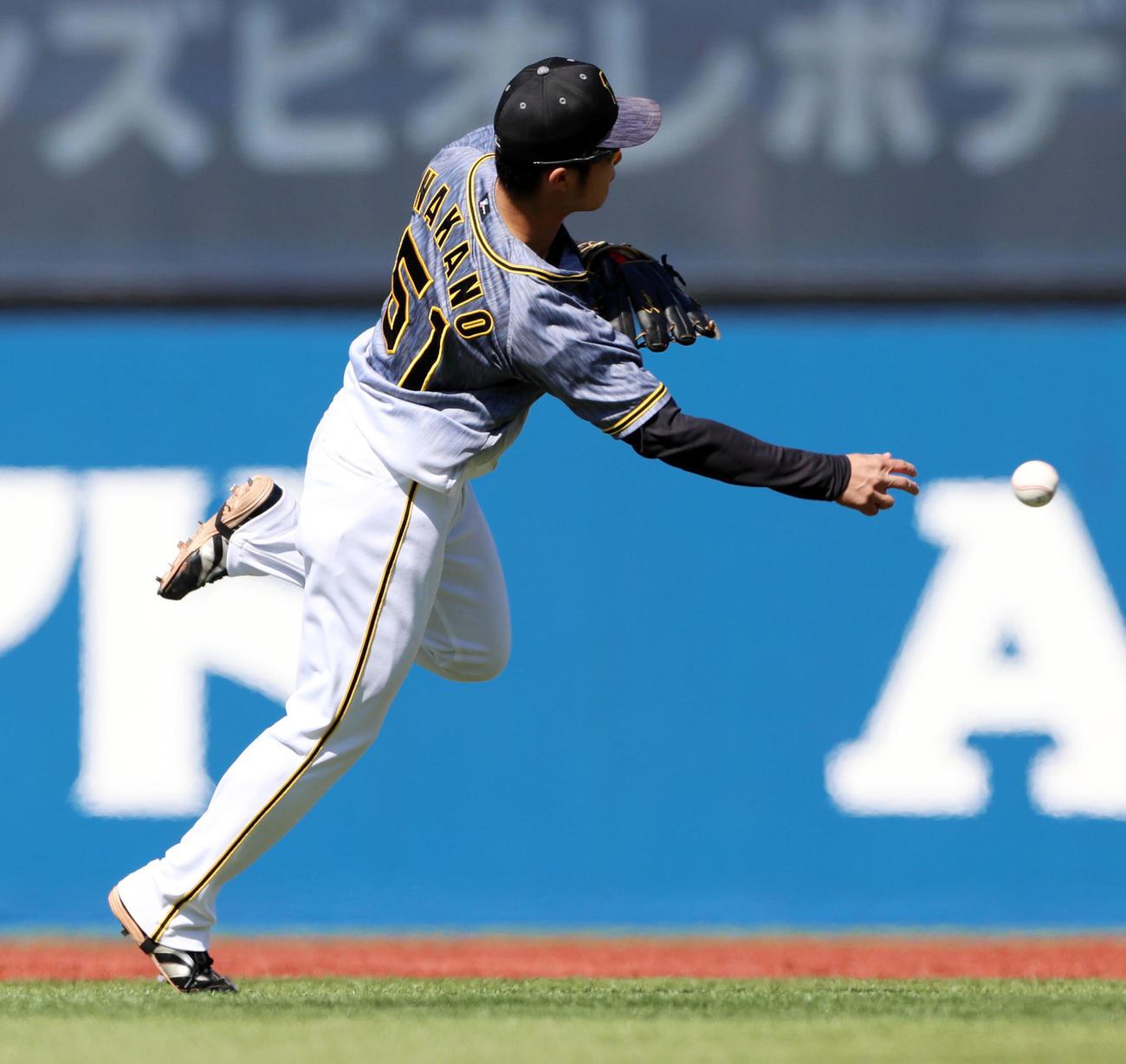 DeNA対阪神 1回裏DeNA無死、プロ初先発の中野は関根の打球を一塁へ送球する(撮影・加藤哉)