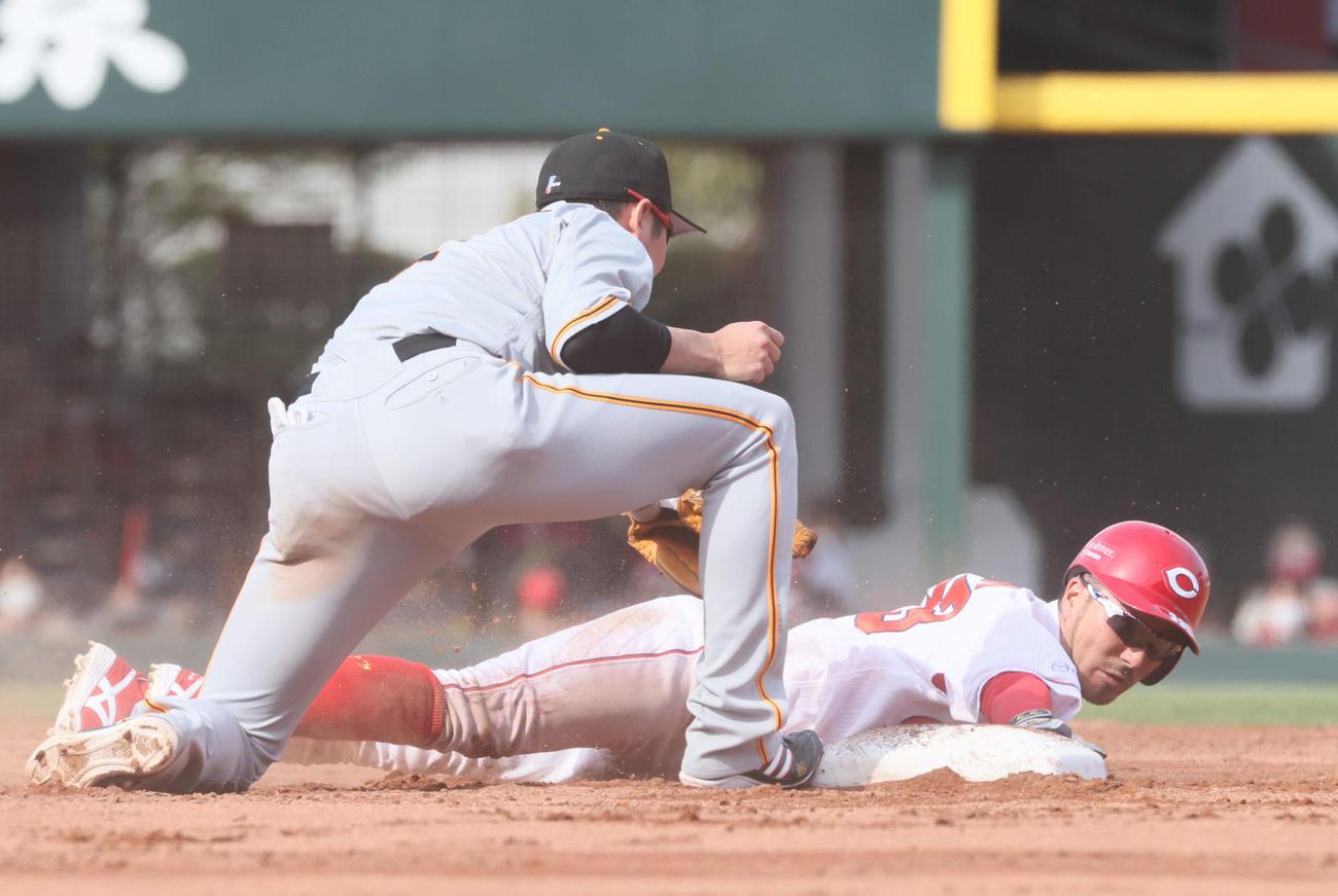 広島対巨人 4回裏広島2死一塁、打者・安部の時、二盗を決める菊池涼。ベースカバーは坂本勇(撮影・加藤孝規)