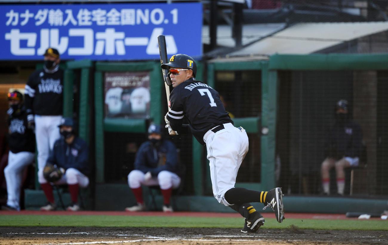 楽天対ソフトバンク 7回表ソフトバンク2死二塁、左前適時打を放つ中村晃(撮影・横山健太)