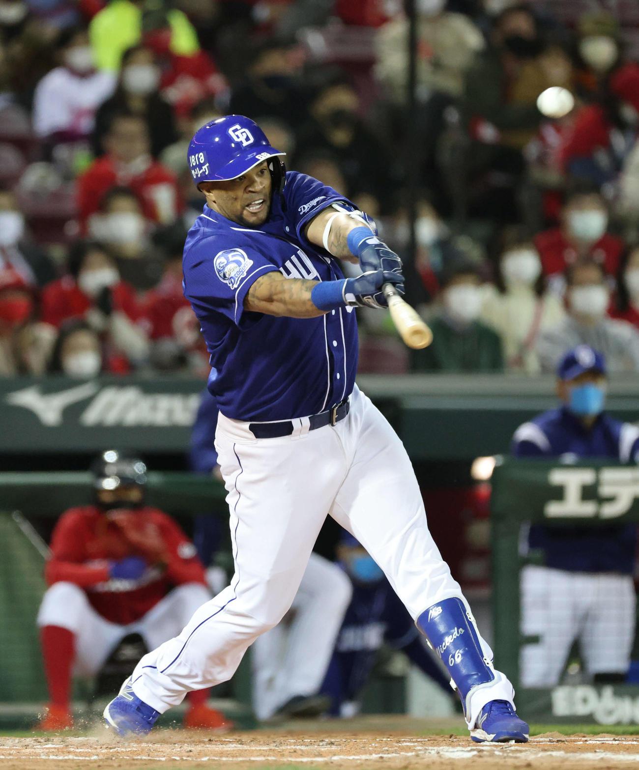 広島対中日 8回表中日2死三塁、ビシエドは右越え逆転2点本塁打を放つ(2021年3月26日撮影)