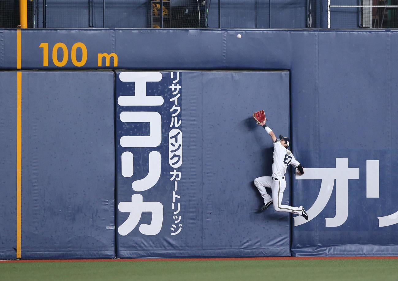 オリックス対日本ハム 6回表日本ハム2死、左翼手中川圭は中田の打球を好捕する(撮影・上山淳一)