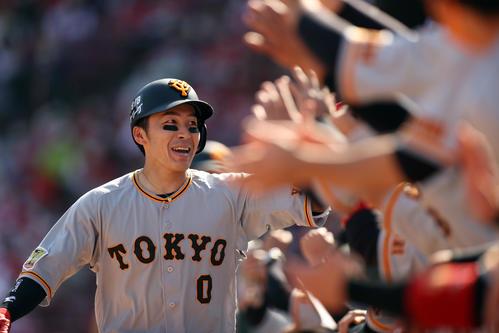 広島対巨人 5回表巨人2死一塁、2点本塁打を放ち、ベンチに迎えられる増田大(撮影・狩俣裕三)