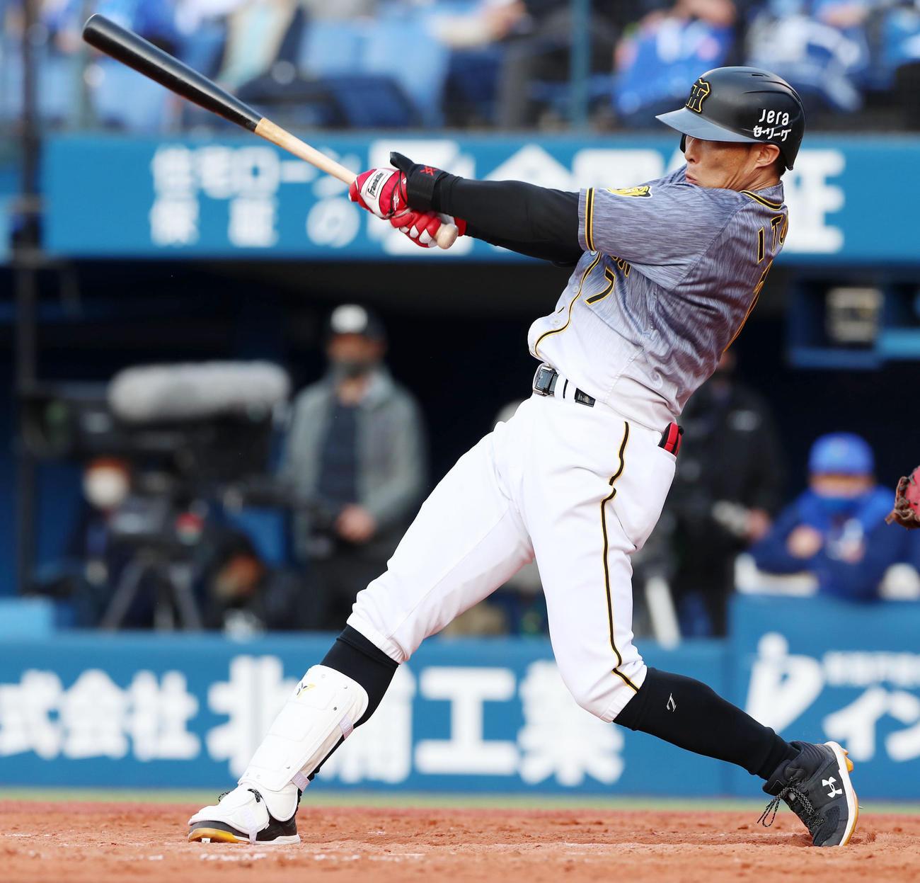 DeNA対阪神 9回表阪神2死一塁、代打糸井は右前打を放つ(撮影・加藤哉)