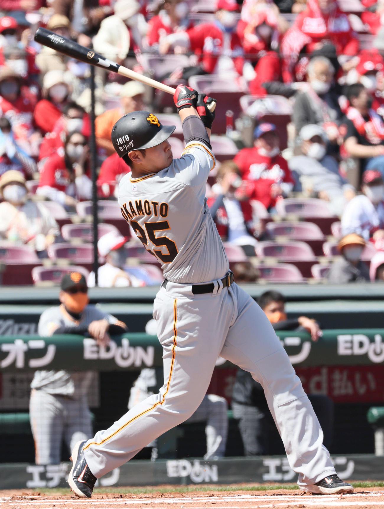 広島対巨人 1回表巨人2死一塁、岡本和真は先制中越え2点本塁打を放つ(撮影・加藤孝規)
