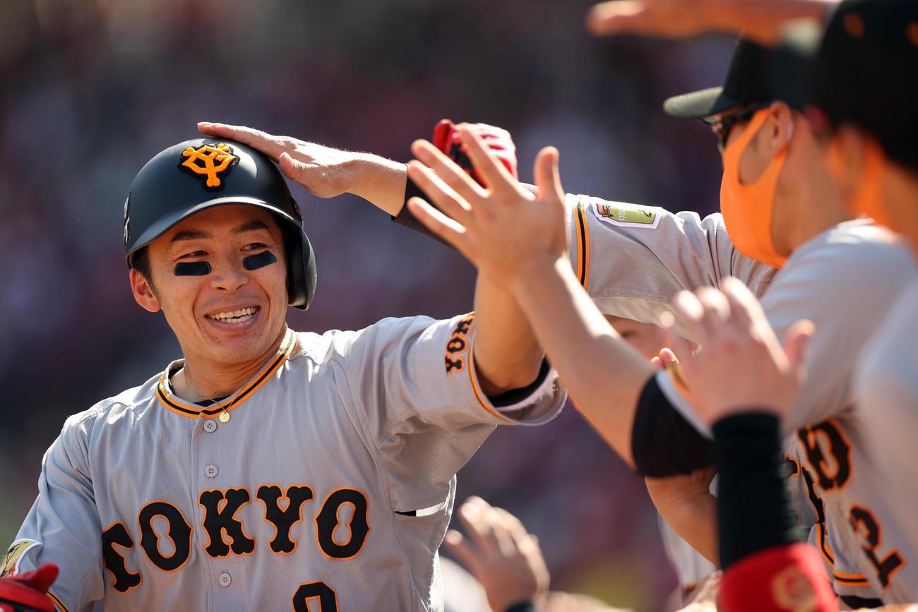 広島対巨人 5回表巨人2死二塁、2点本塁打を放ち、ベンチに迎えられる増田大(撮影・狩俣裕三)
