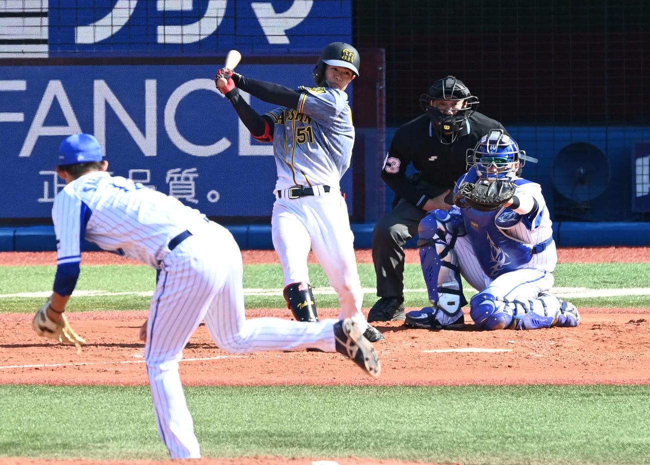 DeNA対阪神 4回表阪神1死三塁、中野は左前適時打を放つ。投手阪口(撮影・山崎安昭)
