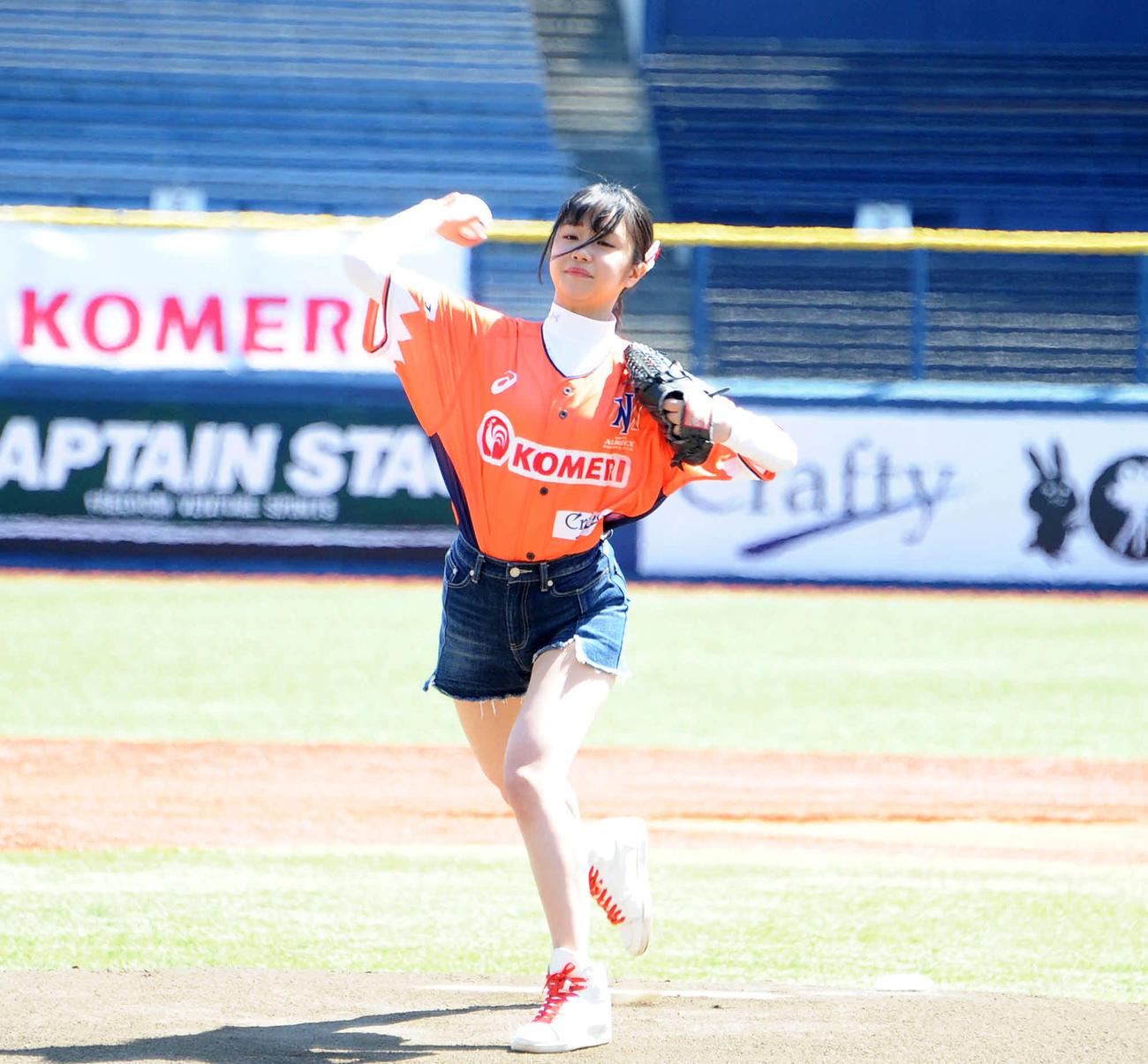 始球式でノーバウンドの投球を披露したNGT48真下華穂(撮影・斎藤慎一郎)