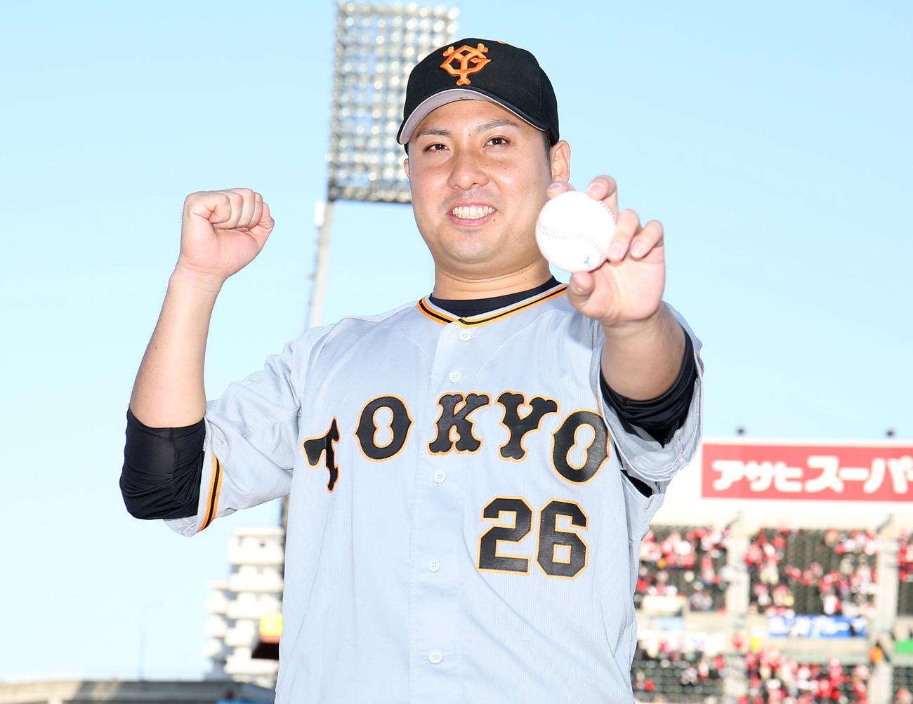 ヒーローインタビュー後、ウイニングボールを手にポーズを決める今村(撮影・狩俣裕三)
