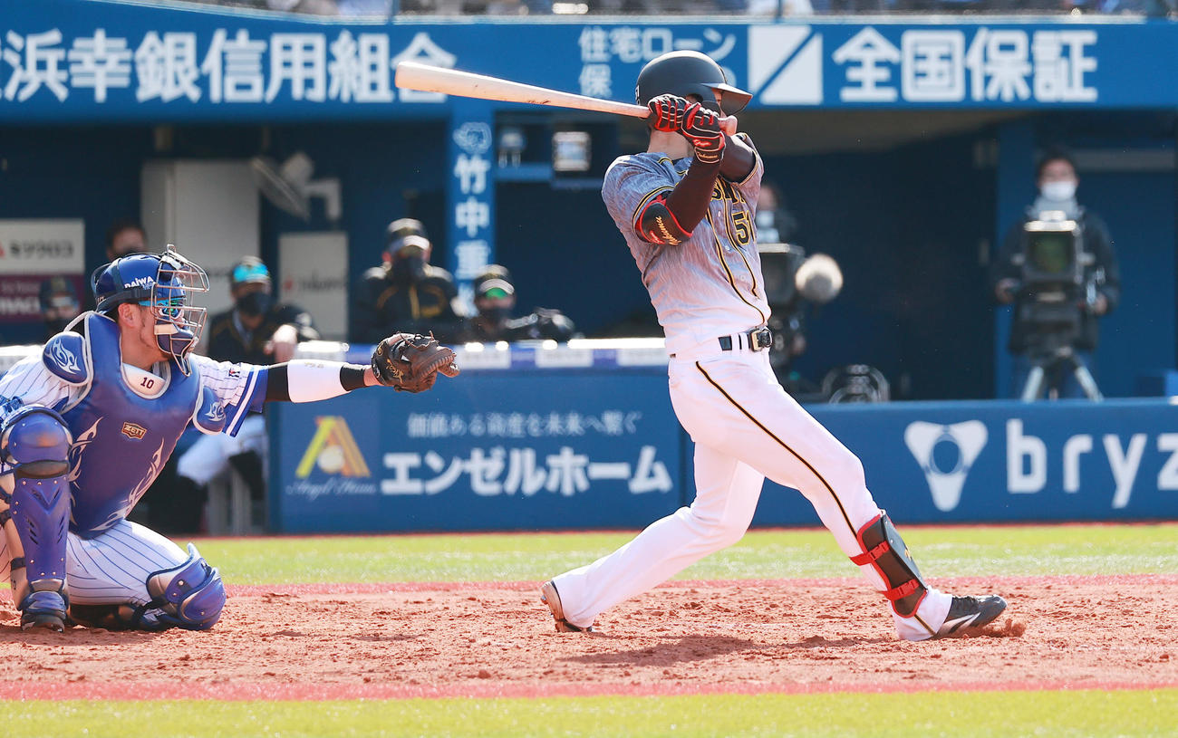 DeNA対阪神 4回表阪神1死三塁、左前適時打を放つ中野(撮影・野上伸悟)