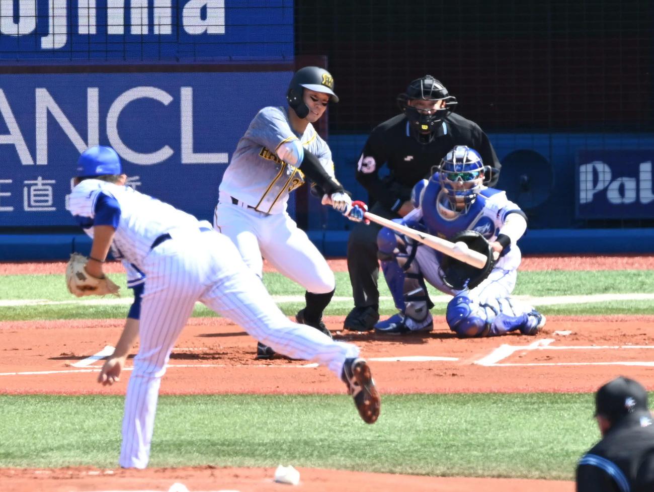 DeNA対阪神 1回表阪神無死一塁、糸原は右前打を放つ。投手は阪口(撮影・山崎安昭)
