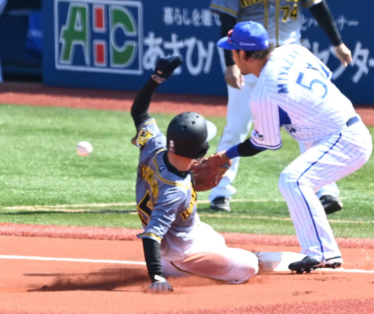 DeNA対阪神 1回表阪神無死一、二塁、マルテが三振した間に三塁盗塁を決める近本(左)(撮影・山崎安昭)