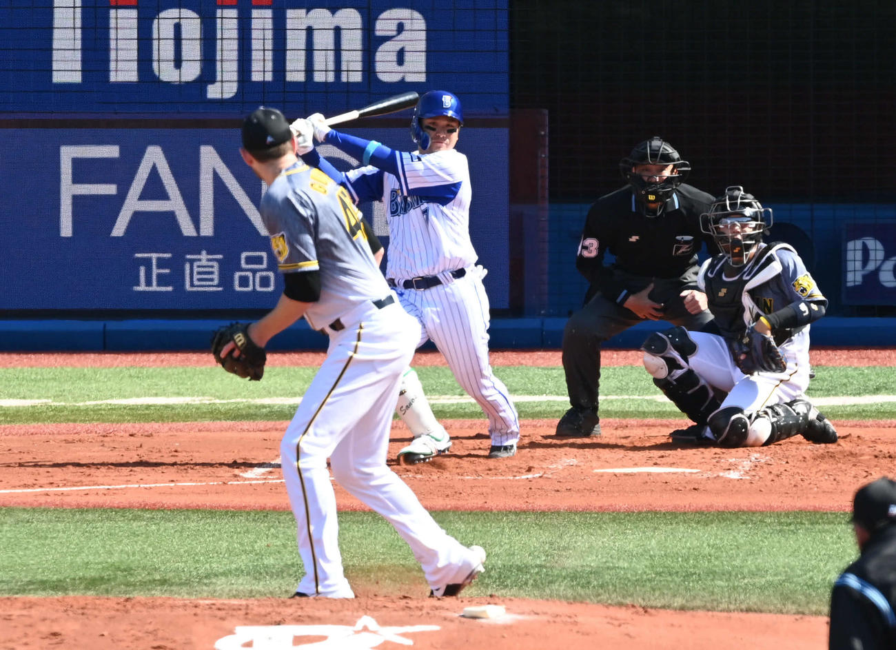 DeNA対阪神 1回裏DeNA2死一塁、佐野の打球がガンケルの右足に当たり、三ゴロとなる(撮影・山崎安昭)
