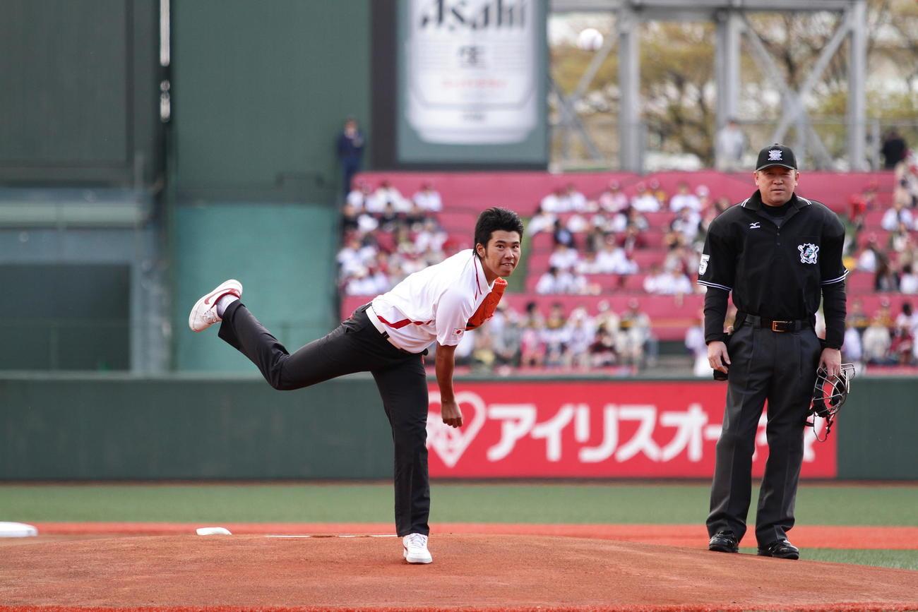 2011年4月29日 楽天-オリックス戦で始球式を務めた松山英樹