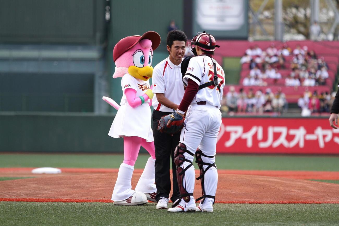 2011年4月29日 楽天-オリックス戦で始球式を務めた松山(左)は嶋からボールを受け取る