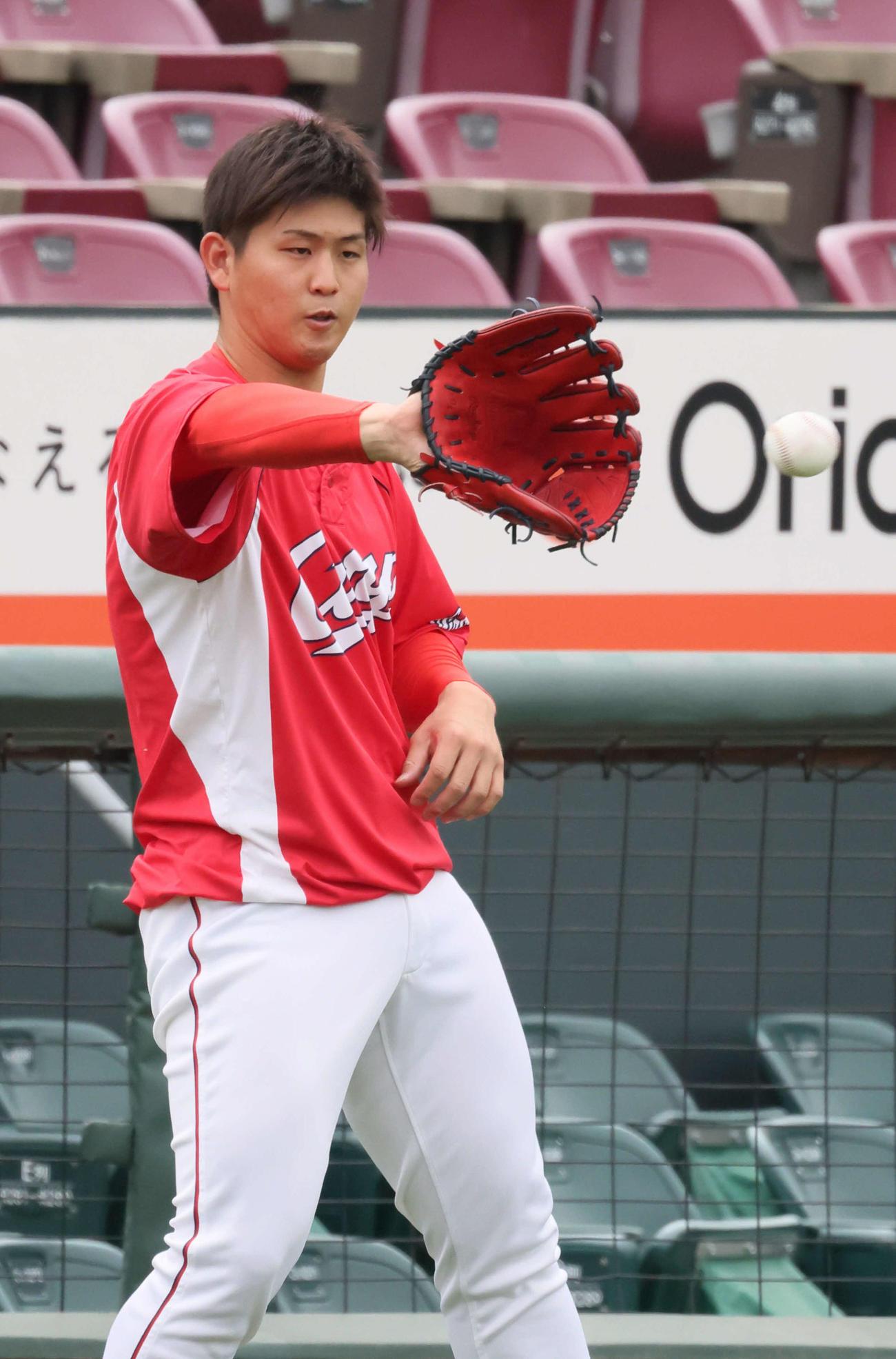 広島投手指名練習 キャッチボールをする高橋昂(撮影・加藤孝規)