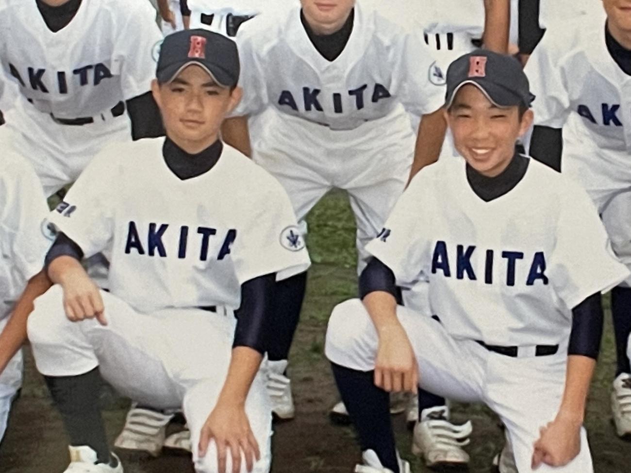 秋田東中でチームメートだった阪神石井大(右)とロッテ成田(父・石井智之さん提供)