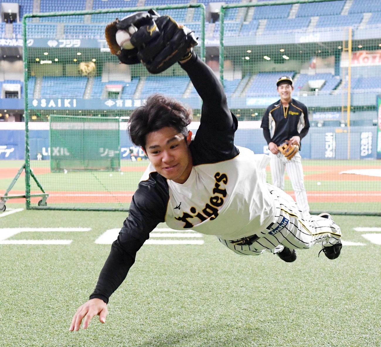 4日、ノックを受ける阪神中野