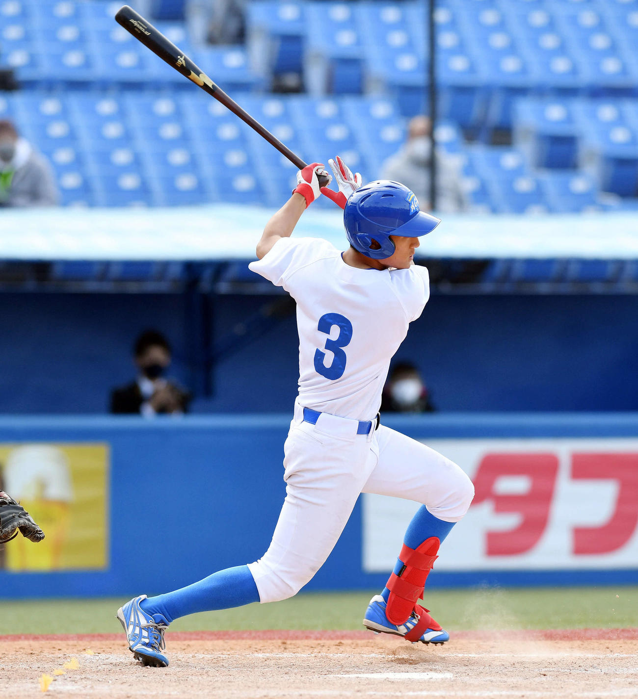 中大対青学大 4回裏青学大無死、佐々木は左中間へ二塁打を放つ(撮影・滝沢徹郎)