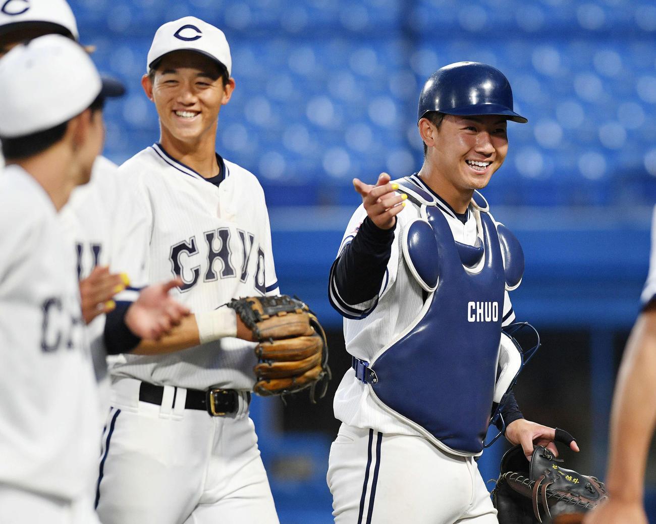 中大対青学大 試合後、ナインを指差し笑顔の中大・古賀(右)(撮影・滝沢徹郎)