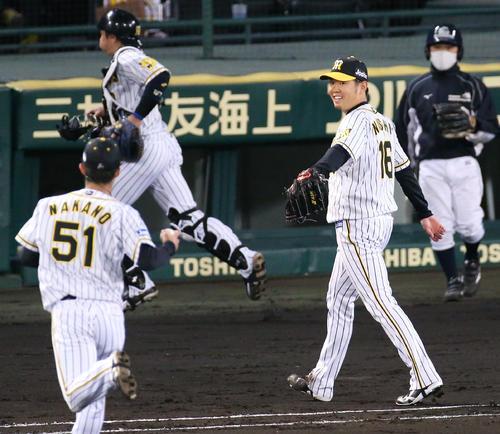 阪神対広島 西勇(右)は4回を投げ終え笑顔でベンチへ引き揚げる(撮影・上山淳一)