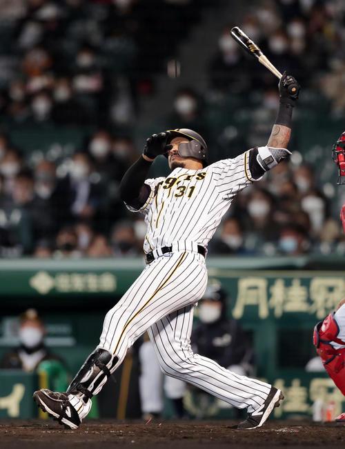 阪神対広島 5回裏阪神無死一塁、左越え2点本塁打を放つマルテ(撮影・前田充)