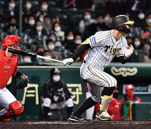 阪神対広島 7回裏阪神2死一、二塁、中前に適時打を放つ佐藤輝(撮影・上田博志)