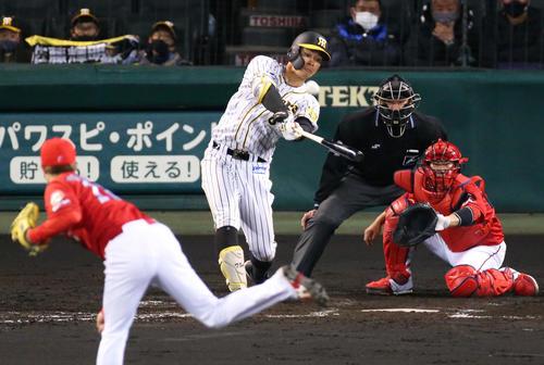 阪神対広島 4回裏阪神無死一塁、佐藤輝は右越え2点本塁打を放つ(撮影・上山淳一)