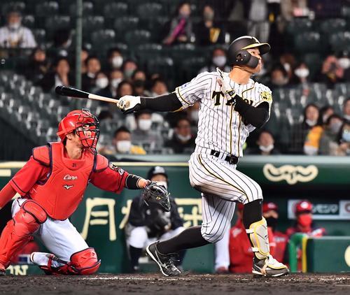 阪神対広島 4回裏阪神無死一塁、右越えに2点本塁打を放つ佐藤輝(撮影・上田博志)