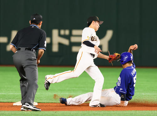 巨人対中日 4回表中日1死一塁、福田(右)は二塁盗塁に失敗する。二塁手増田大(撮影・足立雅史)
