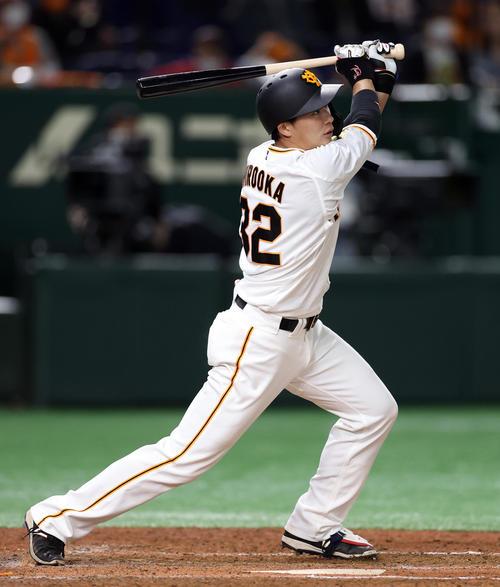 巨人対中日 7回裏巨人2死、ソロ本塁打を放つ広岡(撮影・狩俣裕三)