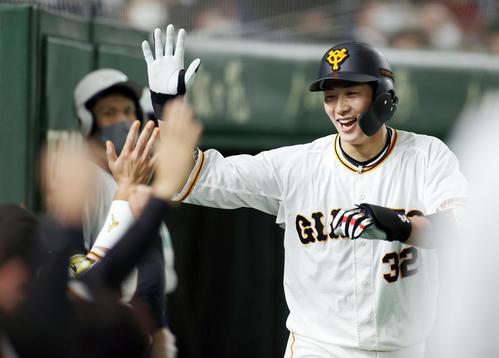 巨人対中日 7回裏巨人2死、ソロ本塁打を放ち、ベンチに迎えられる広岡(撮影・狩俣裕三)