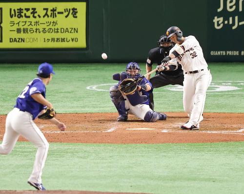 巨人対中日 7回裏巨人2死、右越えソロ本塁打を放つ広岡。投手大野雄(撮影・垰建太)