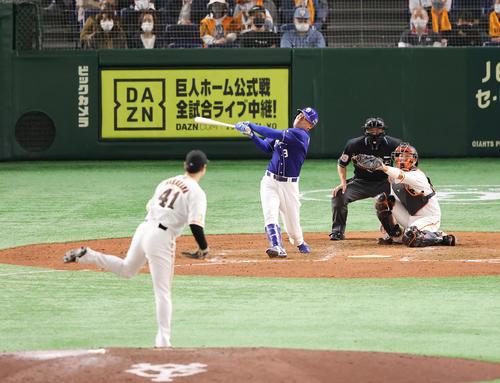 巨人対中日 8回表中日2死一塁、空振り三振に倒れる福留。投手中川(撮影・垰建太)