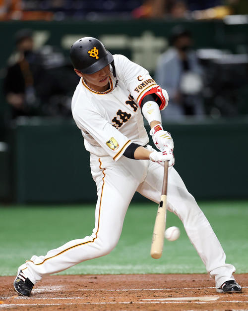 巨人対中日 1回裏巨人無死一塁、右前打を放つ坂本(撮影・狩俣裕三)