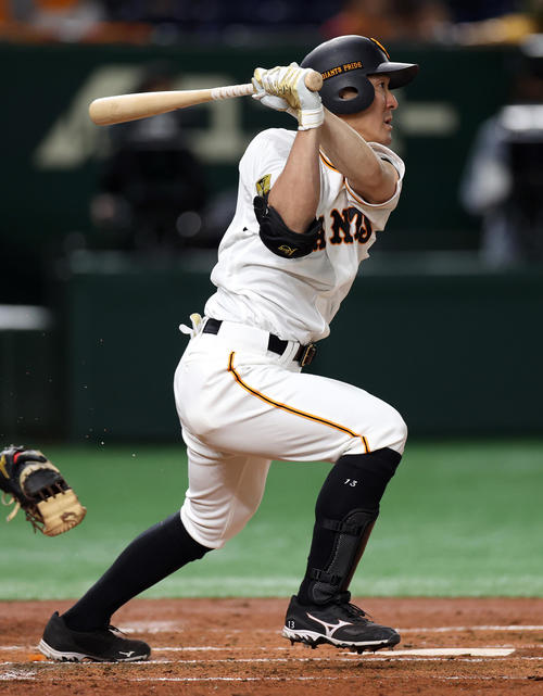 巨人対中日 1回裏巨人無死一、三塁、先制適時打を放つ梶谷(撮影・狩俣裕三)