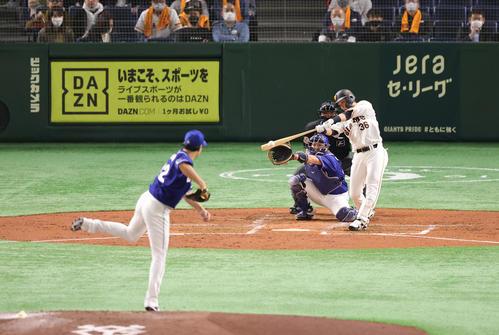 巨人対中日 2回裏巨人無死、二塁打を放つ石川。投手大野雄(撮影・垰建太)
