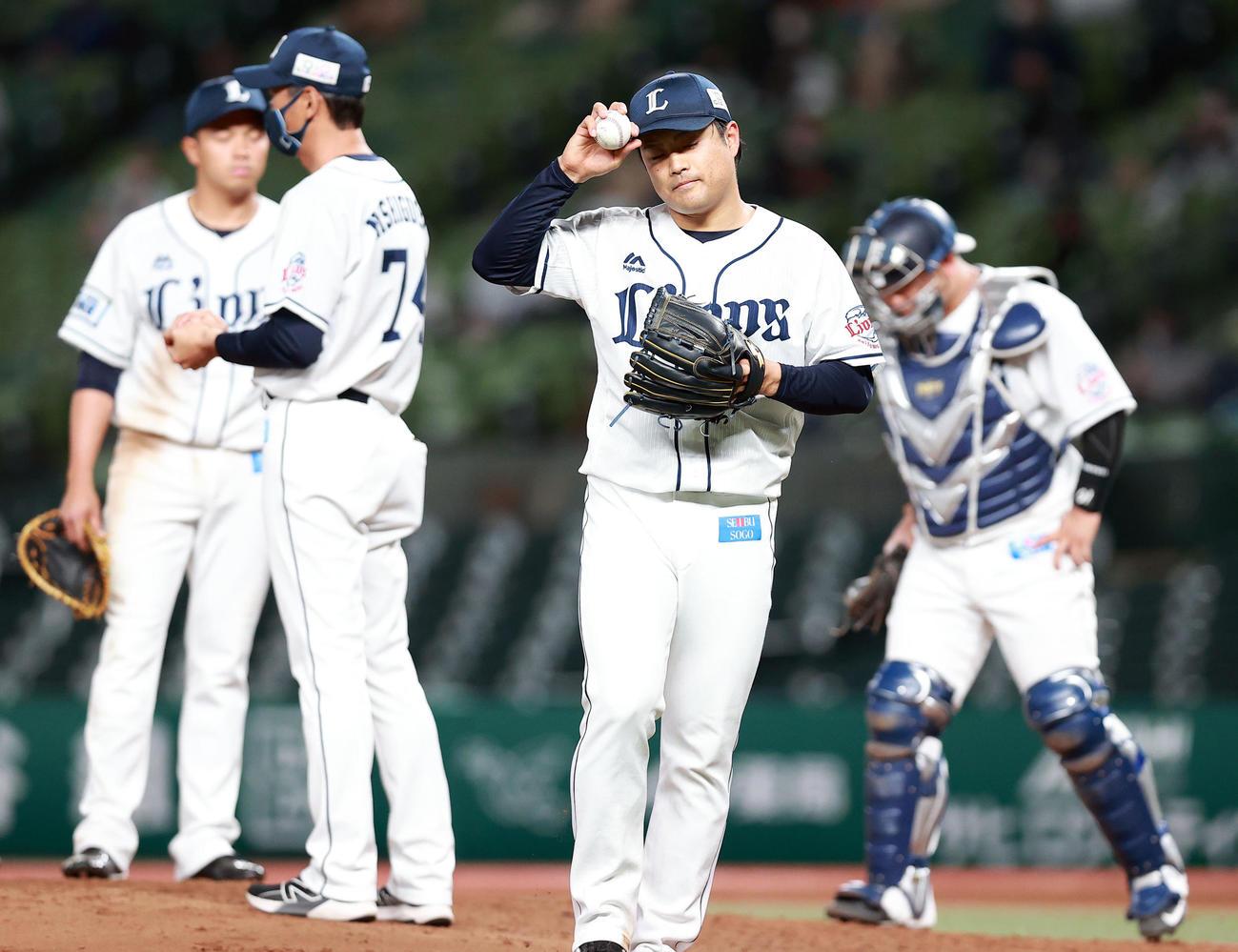 西武対日本ハム 6回表日本ハム無死一、二塁、渡辺に四球を与えた場面で降板となった松本(手前)は悔しそうにマウンドを降りる(撮影・浅見桂子)