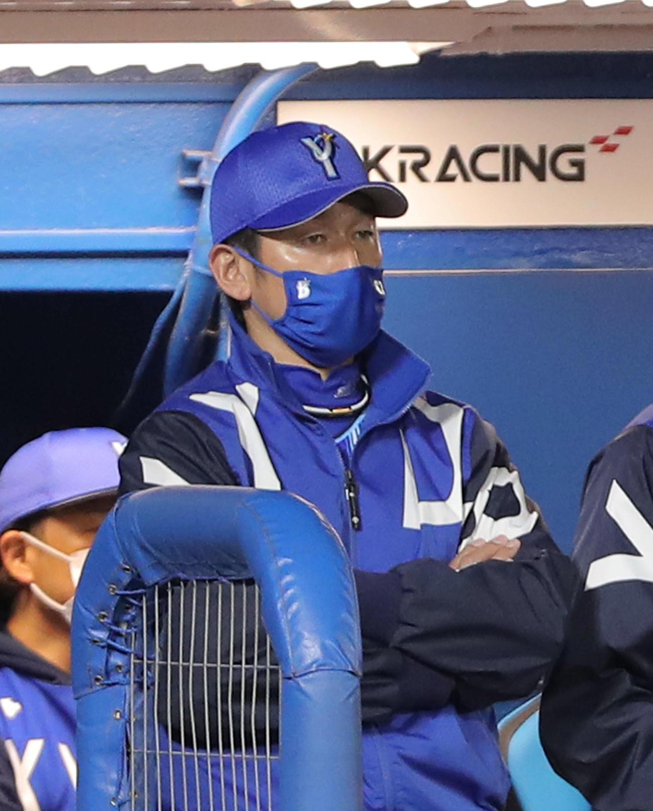 ヤクルト対DeNA ヤクルトに敗れ、浮かない表情の三浦監督(撮影・河田真司)