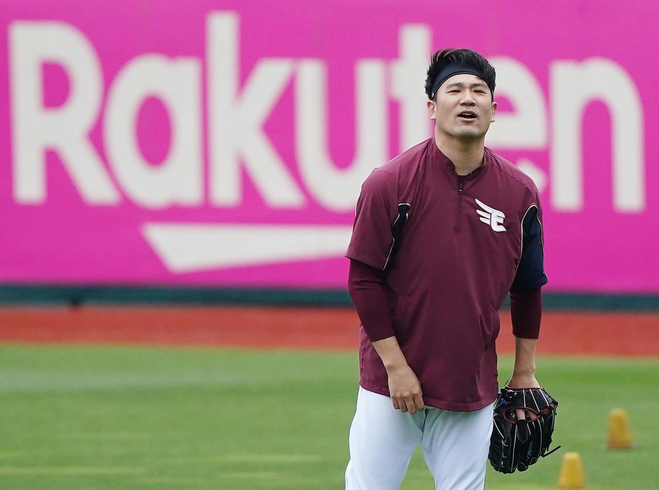 楽天対ロッテ 試合前、キャッチボールをする楽天田中将は、ボールがそれ声を出す(撮影・菅敏)