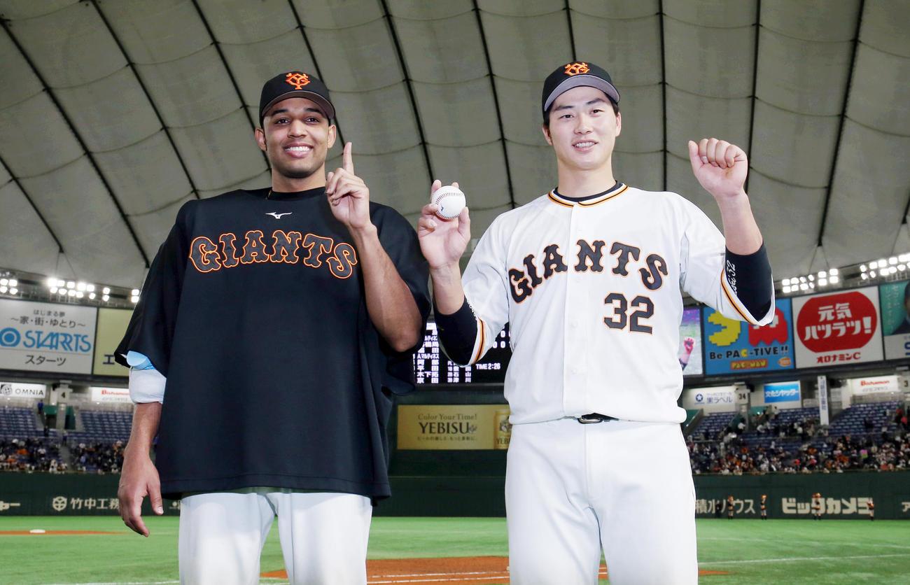 巨人対中日 ヒーローインタビュー後、記念撮影する1勝目をあげたサンチェス(左)と移籍後初本塁打のホームランボールを持つ広岡(撮影・狩俣裕三)