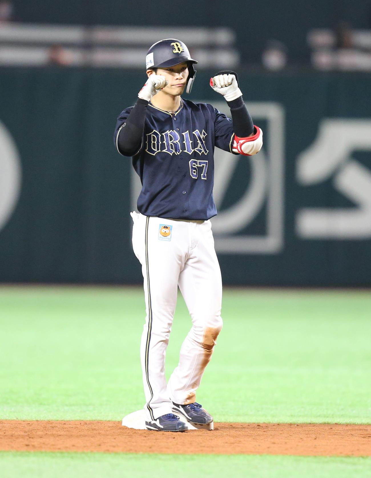 ソフトバンク対オリックス 9回表オリックス1死満塁塁、中川圭太は中越えの2点適時二塁打を放ちガッツポーズをする