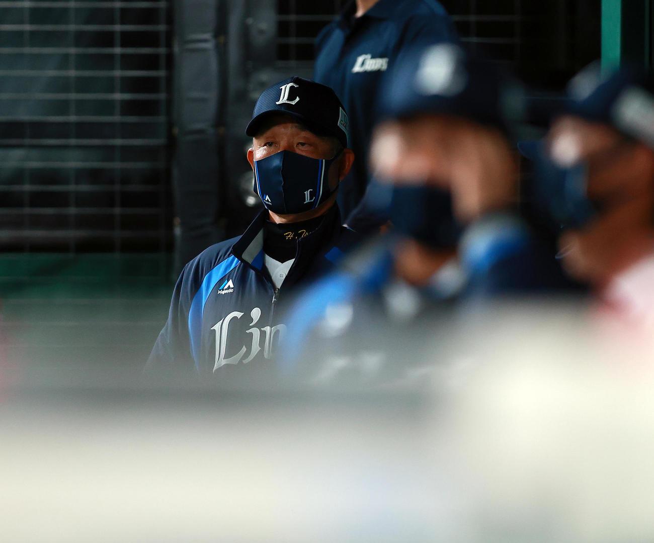 西武対日本ハム 6回表日本ハムに勝ち越しを許し、ベンチでぼう然とスコアを見つめる西武辻監督(撮影・浅見桂子)