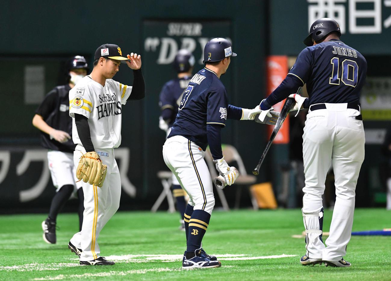 ソフトバンク対オリックス 9回表オリックス1死満塁、中川圭太に2点中適時二塁打を打たれ肩を落とす田浦文丸(左)、中央は安達了一、右はアダム・ジョーンズ(撮影・岩下翔太)