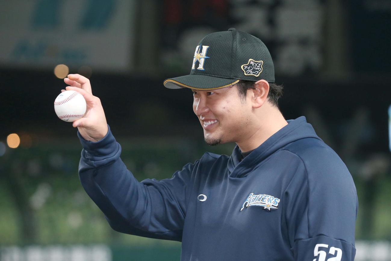 西武対日本ハム 移籍後、初勝利を挙げウイニングボールを手におどけた表情の池田(撮影・黒川智章)