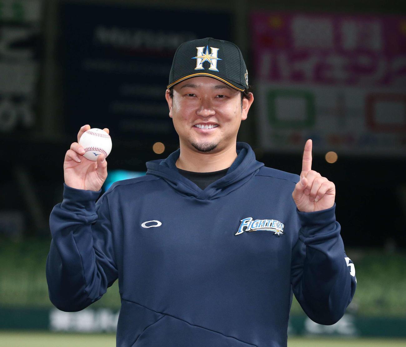 西武対日本ハム 移籍後、初勝利を挙げウイニングボールを手に笑顔の池田(撮影・黒川智章)